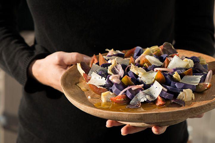 Een salade met een hele fijne smaakcombinatie; zacht, romig, fris en zilt!Wist je dat het eten van koude aardappels je bloedsuikerspiegel minder laat schommelen dan net gekookte aardappels en dat ze de groei van goede darmbacteriën stimuleren? 4 personen salade: 800 g paarse aardappeltjes* 4 el wijnazijn 1 rode ui, in dunne ringen gesneden 4 sappige