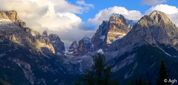 """Val Brenta e Crozzon di Brenta, a dx. Le Dolomiti di Brenta con le sue ardite guglie erano il terreno d'azione di Cesare Maestri, uno dei più forti scalatori di tutti i tempi, soprannominato """"il Ragno delle Dolomiti"""" ● http://girovagandoinmontagna.com/gim/adamello-presanella/(gruppo-presanella)-giro-dei-5-laghi-alla-conca-dei-serodoli/"""