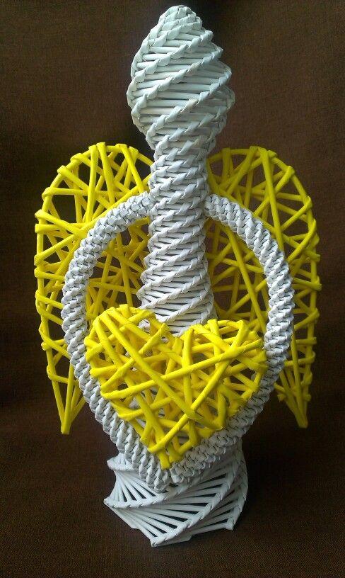 Žlutobílý pletený anděl z papírového pedigu