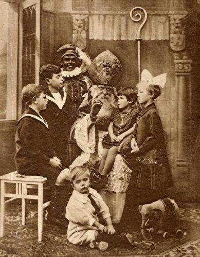Sint Nicolaas (Sinterklaas) en Zwarte Piet zijn bezoek bij een familie. Een meisje zit op de schoot van de Sint, een meisje met een strik in het haar staat ...(datum ?)