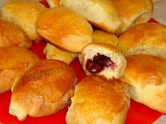 пушистые пирожки с вишней фото