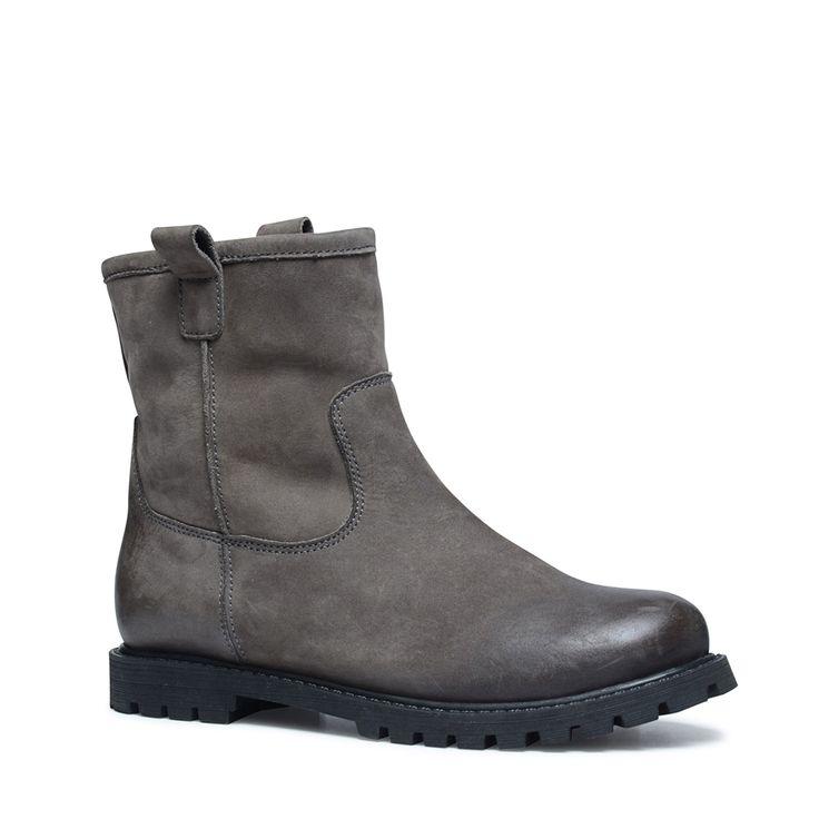 Donkergrijze korte laarzen met imitatiebont  Description: Donkergrijze korte laarzen van het merk Manfield. Bijzonder aan dit model is het imitatiebont aan de binnenzijde van de schoen. De laarsjes hebben een stoere look door het nubuck materiaal aan de buitenzijde van de schoen. De hakhoogte is 25 cm. Draag de korte laarzen met een skinny jeans jurkje of rokje met leuke print.  Price: 119.99  Meer informatie  #manfield