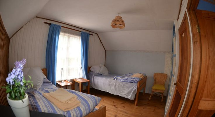 One of the twin rooms at the bed & breakfast. http://hostallagringacarioca.cl/