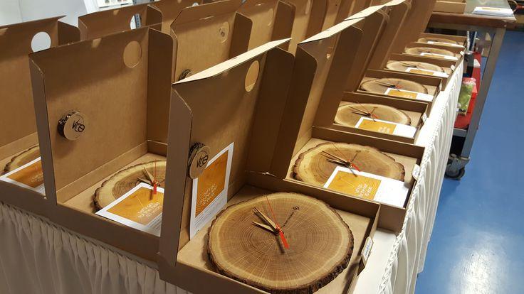 """Bedrijf telt 40 """"jaarringen"""", vandaar deze authentieke houten klokken als dank naar hun relaties! #ForesTime https://www.cadeauxperts.nl/product/forestime-klok/"""