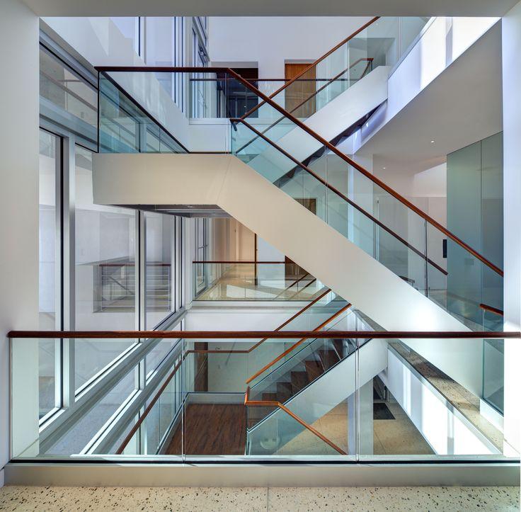 die besten 25 holzhandlauf ideen auf pinterest handlauf treppe handlauf und wei glanz k che. Black Bedroom Furniture Sets. Home Design Ideas