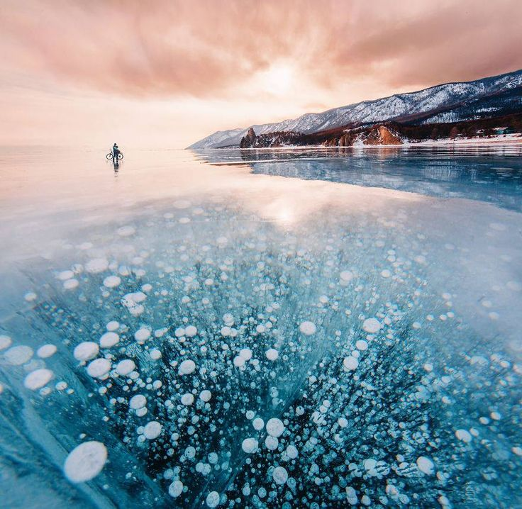 We love <3 Het oudste en diepste meer ter wereld, het Baikalmeer, hier zo prachtig vastgelegd door Kristina Makeeva  Om meer van haar inspirerende foto's te bekijken ga naar haar Instagram account: https://www.instagram.com/hobopeeba/
