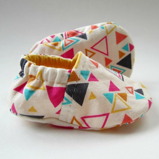 DiY : de jolis chaussons **triangle geometric fabric can be bought at…
