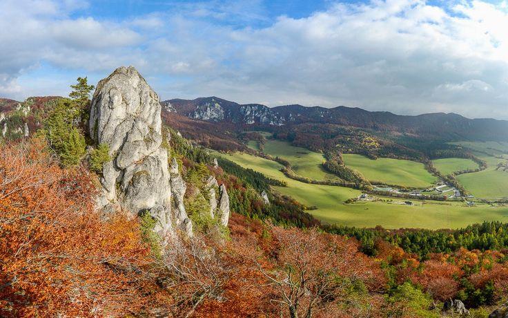 """Súľovské skály – panoramatický pohled od zříceniny hradu Súľov.Tento přírodní klenot najdeme vCHKO Strážovské vrchny, nedaleko obce Súľov. Monumentální slepencové skalní útvary se zvedají zbukových lesů a vytvářejí jakousi """"podkovu"""", kterou lze pěšky obejít za přibližně půl dne. Na stezce najdete mnoho skalních vyhlídek."""