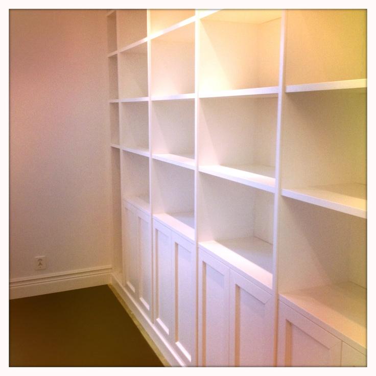 Platsbyggd bokhylla från Jerker Inredning & Form. Rita upp din egen efter dina egna mått på www.platsbyggdbokhylla.se
