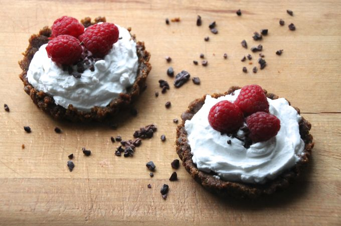 Vegan Coconut Cream Tarts with a Raw Chocolate Base | Hip & Healthy