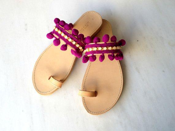 Púrpura / negro pon pon y rhinestones sandalias  Una combinación de un aspecto formal y bohemio!!   En caso de que usted quisiera el pon pon en otro color, póngase en contacto conmigo!!   Se fabrican con caucho y cuero griego único. Ellos sólo están disponibles en color natural.  Ellos tienden a ser más oscuro en contacto con el sol y el agua.   Guía de tamaño:  EU:35 - UK:2.5 - US:4.5 - 22,6 cm - 8.8inches EU:36 - UK:3.5 - US:5 - 23,2 cm - 9.1inches EU:37 - UK:4.5 - US:6 - 24,0 cm…