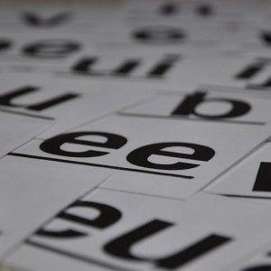 Deel 3 van 7 in de serie Leren lezen1. Leren lezen2. Leesproblemen3. Spellend lezen4. Radend lezen5. Begrijpend lezen6. Snellezen7. AVI leesniveaus en toetsenSommige lezers hebben moeite grip te krijgen op het de structuur van het woord. De woorden worden niet als geheel gezien maar als een reeks klanken. De spellende lezer leest langzaam maar nauwkeurig, …