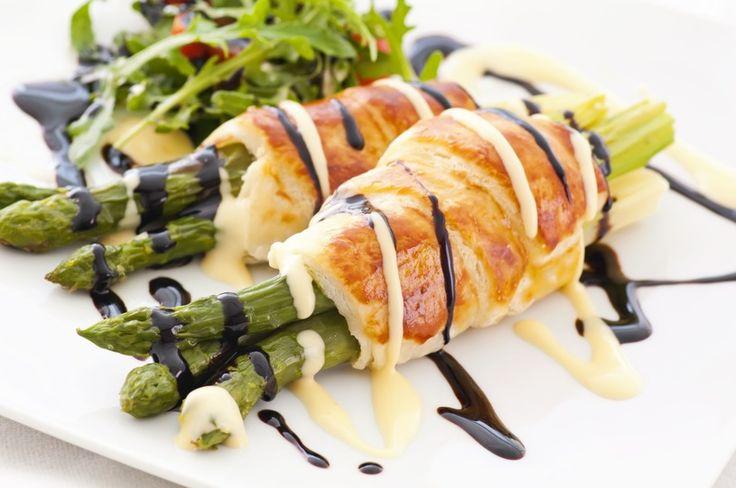 Szparagi w kurczaku /©123RF/PICSEL