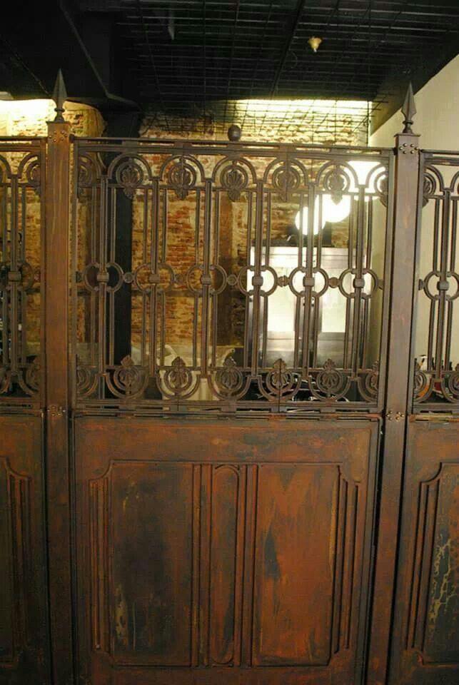 http://interiorspacekm.tumblr.com Peluqueria de Isaac Salido en Madrid. Reja de acero con acabado oxidado.