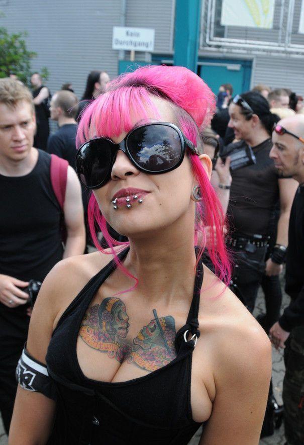 девушка гот с розовыми волосами пирсинком и тату