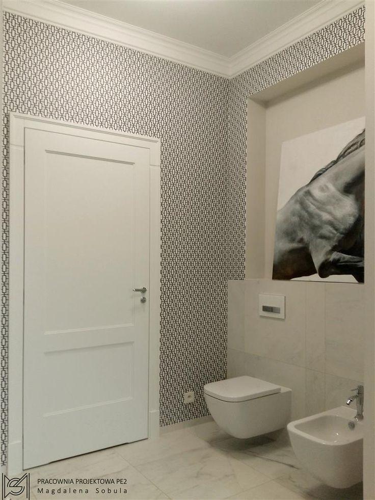 Bathroom with geometric wallpaper (Magdalena Sobula)
