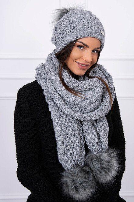 d9a6bf8d7 Dámska čiapka a šál s pompami, ktoré sú hitom tejto zimnej sezóny. Krásny a  módny kúsok, ktorý ožíví Tvoj outfit a dodá mu ten správny šmrnc.