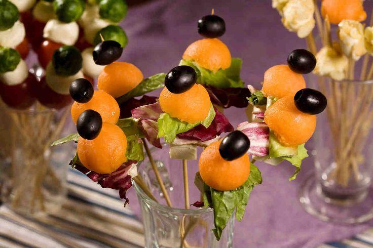 Kulki melona z oliwkami, serem feta i sałatami #smacznastrona #przepisyTesco #melon #oliwki #serfeta #szaszłyki #pycha #mniam #food