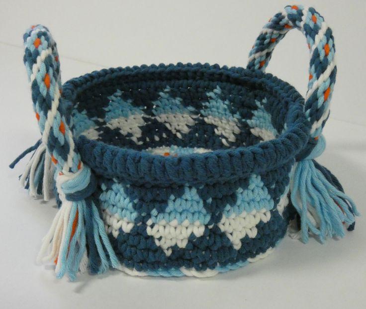 Tapestry gehaakt mandje met hengsels van Kumihimo vlecht