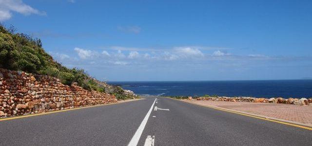 Südafrika ist wie gemacht für einen Road Trip. Seit zwei Monaten bin ich mit einem Mietwagen unterwegs, und das Fahren macht mir hier viel Spaß. Ich genieße die Landschaft, die Flexibilität und das Gefühl der Freiheit. Es gibt aber auch einige Besonderheiten, und um diese geht es heute. Südafrika ist aus meiner Sicht ein typisches Road Trip Land. Die Sehenswürdigkeiten sind weit verstreut und liegen fast immer außerhalb der Ortschaften. Außerdem werden die Städte immer unattraktiver, je…