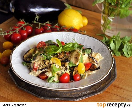 Těstoviny s krémovou omáčkou, rajčátky a lilkem