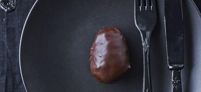 Opskriften giver 8 æg     100 g dulce de letche  2-3 tsk. lakridspulver  400 g marcipan  200 g mørk chokolade     Rør dulche de letche sammen med lakrids (smag til). Bland massen med marcipanen. (det bliver dejligt snasket!). Sæt marcipanmassen kold og form 8-10 æg.  Smelt chokoladen over vandbad.  Overtræk påskeæggene med den mørke chokolade, sæt dem på bagepapir og lad chokoladen størkne.  Servér ved stuetemperatur eller kølige.