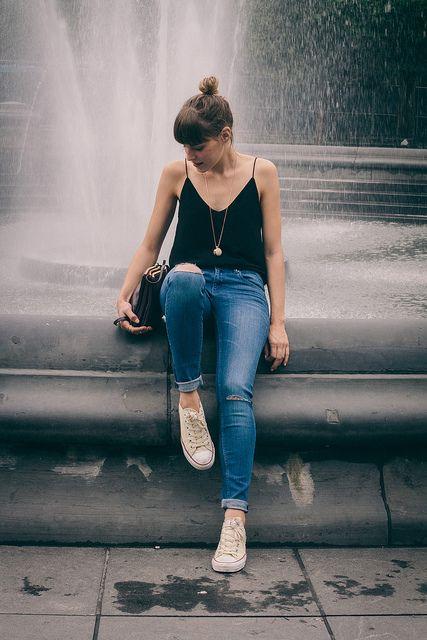 look de preguiçoso: coque despreocupado, blusinha preta, jeans e all-star.