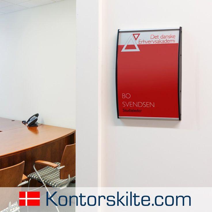 Informations skilt til kontoret, det skaber let og enkelt et overblik, men lader samtidig dit firmas designlinje træde frem. Hvis du tænker du kan bruge et vægskilt, er du meget velkommen til at besøge vores hjemmeside www.kontorskilte.com, her kan du finde information om alt fra bordskilte, infoskilte, vægskilte til skilte der hænger ned fra loftet.