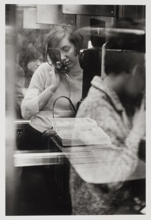 Woman in a phone booth.New York, 1967(Danny Lyon]