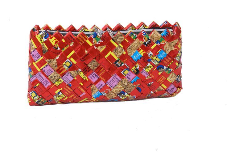Handtas gemaakt van gerecyclede chips-zakken in Nepal www.kleurrijknepal.nl