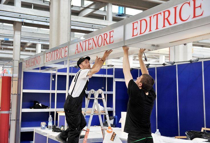 Tra i padiglioni del Lingotto fiere si lavora agli ultimi ritocchi prima dell'inaugurazione del ventiseiesimo Salone del Libro FOTOSERVIZIO FRANCESCO DEL BO