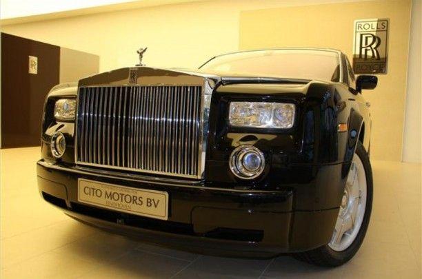 De grille en Spirit of Ecstasy zorgen voor directe herkenning van de Phantom,    die een zeldzaam gevoel van schaal en gelegenheid biedt dat hem tot een moderne interpretatie van een Rolls-Royce maakt. Het is niet alleen de Rolls-Royce signatuur, het is ook de diepste essentie van het merk.
