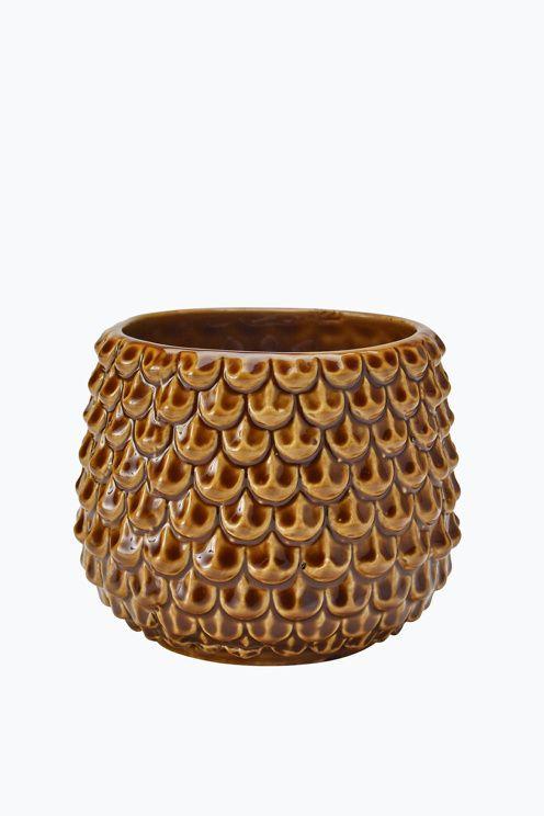 Liten krukke av glasert keramikk med dekorativt relieffmønster. Høyde ca 7 cm…