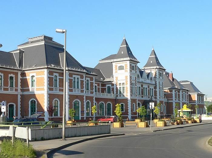 A Tiszai pályaudvar eklektikus stílusú fogadóépülete 1901-ben épült Pfaff Ferenc tervei alapján. A műemléki védelem alatt álló épületet utoljára 2003-ban újították fel, megtartva eredeti kialakítását. A homlokzatán látható 3 évszám a pályaudvar életének legfontosabb állomásaira utal. 1859: az állomás létrejötte, 1901: az épület elkészülte, és 2003: az utolsó felújítás.