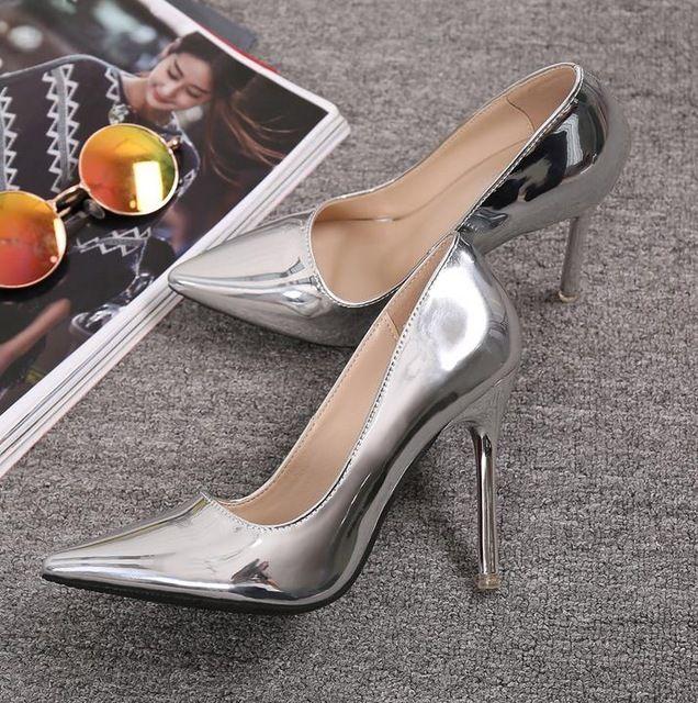 10 CM Dedo Apontado Saltos Altos Finos Com Marcas de Ouro Prata Bombas de Couro Envernizado Sapatos chaussure femme