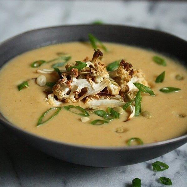 Острый крем-суп с цветной капустой  Этот вегетарианский суп из цветной капусты будет кстати в холодный осенний вечер — благодаря острой пасте карри он согреет вас изнутри.