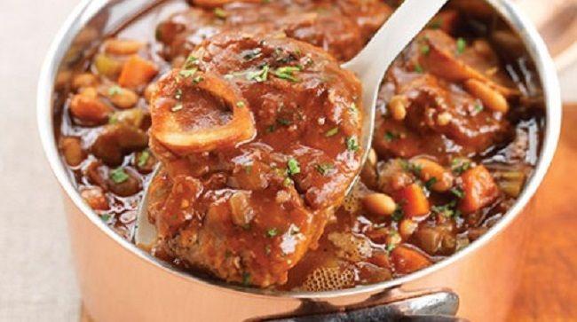 Pour préparer Jarret de veau au Loubia, la veille tremper les haricots secs dans un grand saladier d'eau froide.coupez le veau en morceaux. assaisonnez et faites revenir à l'huile d'olives avec les oignons dans une marmite en fonte....