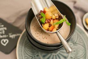 Maronicremesuppe mit Apfel-Nuss-Topping Eine Maronisuppe mit exotischer Note - diese Gewürzmischung macht die Suppe zu einem absoluten Hammer. Und die säuerlich-süße-knackige Einlage dazu harmoniert ausgezeichnet.