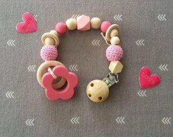 Dieses hölzerne Kinderkrankheiten Spielzeug besteht aus unbehandeltem Holz Perlen und Perlen gehäkelter Baumwolle. Es ist auf einen antiken Schnuller Clip befestigt, die leicht an Babys Kleidung beimisst. Dieses Spielzeug kommt mit einem hölzernen Igel, die ideal für Kinderkrankheiten. Dies kann auch als Schnuller Clip zu verdoppeln, einfach entfernen den Igel und fügen Sie Ihre Lieblings Schnuller. Schnuller ist nicht im Preis inbegriffen, mit diesem Kauf, noch ist die entzückenden Kind…