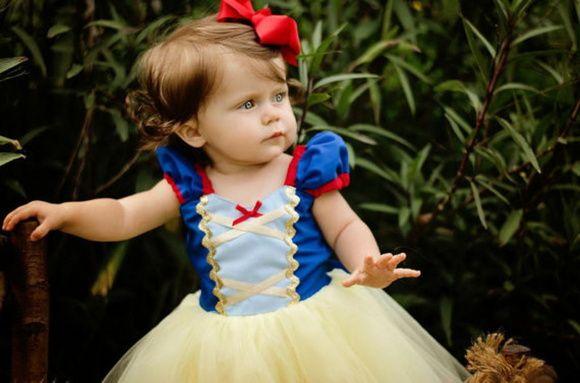 Vestido Branca de Neve Baby  Vestido bem rodadinho!    Base do Vestido: Corpinho do vestido confeccionado em tecido, com detalhes em dourado. Manguinha fofa, estilo princesa.  Não acompanha a presilha  Valor relacionado a idade: 1 a 4 anos. Para outros tamanhos, consulte ajuste de valor.  Não trabalhamos com pronta entrega.Esse produto é confeccionado por encomenda, é fundamental que a mãe tenha uma fita métrica em mãos para conferir as medidas.  Não nos responsabilizamos por medidas ...