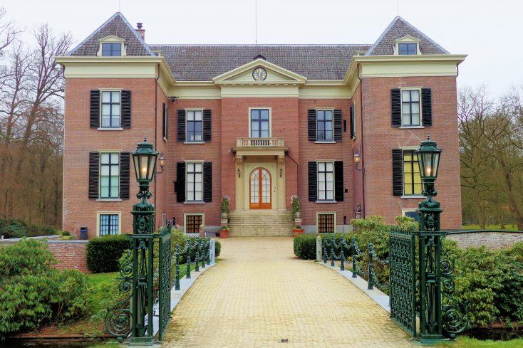 In 1762 erft Herman Lijnslager het kasteel en laat het volgens de mode van die tijd aanpassen, maar het middeleeuws uiterlijk blijft dan nog goeddeels in tact. In 1792 koopt Wendela ten Hove het huis en zij laat haar aanwinst onmiddellijk ingrijpend verbouwen. Acht jaar later staat er een neoclassicistisch landhuis met grotendeels gepleisterde gevels, waarbij alleen nog de toren op de zuidwesthoek en de omgrachting doen denken aan het oorspronkelijke kasteel.