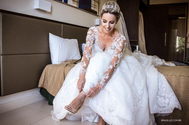 Vestido e sapato de noiva.  Imageluz Fotografias - http://www.imageluz.com.br