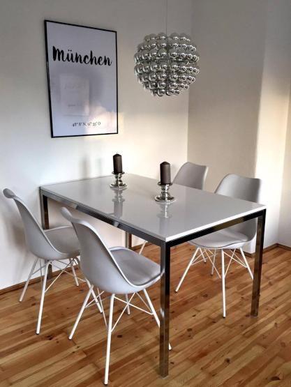Essbereich mit modernen Stühlen auf Holzparkett.  #Essbereich #Holzparkett #modern #interior