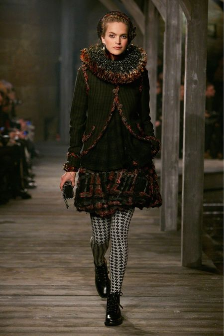 Chanel Pre-fall 2013, enormous open ruff. During the Northern Renaissance period it may have been supported by a supportasse.