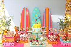 Uma menina apaixonada por surfe pediu que seu hobby preferido fosse o tema de sua festa de nove anos. A Caraminholando (www.caraminholando.com.br) escolheu cores vibrantes para a decoração, cheia de pranchas e elementos havaianos
