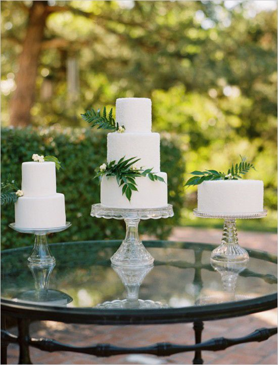 Black and white wedding ideas and simple white cakes. Cake Design: Layered Bake Shop #weddingchicks http://www.weddingchicks.com/2014/06/26/black-and-white-wedding-ideas/