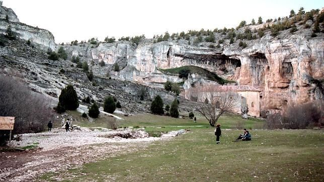 Cañón del Río Lobos en Ucero (Soria- España). Un espectacular desfiladero kárstico llega hasta el río, frente al cual los templarios edificaron un monasterio, del que hoy sólo que da en pie la Iglesia de San Bartolomé.