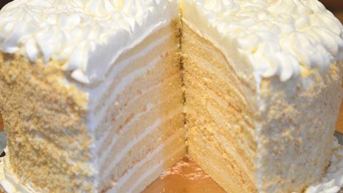 Dnes si ukážeme luxusní mléčný dort se smetanou. Vypadá božsky a v ústech přímo taje. Vzhledově dort vypadá, že k jeho přípravě potřebujete zlaté ruce mistra cukráře, ale opak je pravdou. Tento dort je tak jednoduchý na přípravu, že si na něj může troufnout i začátečník, který neupekl nikdy ani …