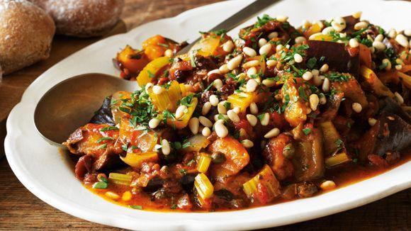 ein köstliches vegetarisches Gericht aus Sizilien: Caponata. Es besticht durch Aubergine und Tomaten.