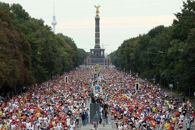 It's time to put your names in the ballot for the 2017 BMW Berlin Marathon one of the 6 Abort World Marathon Majors. Pre-registration from today until November 2nd.  . . . . . Follow us use hashtag #wonderfulrunning and join the movement . . . . . . . . @willysanjaya37
